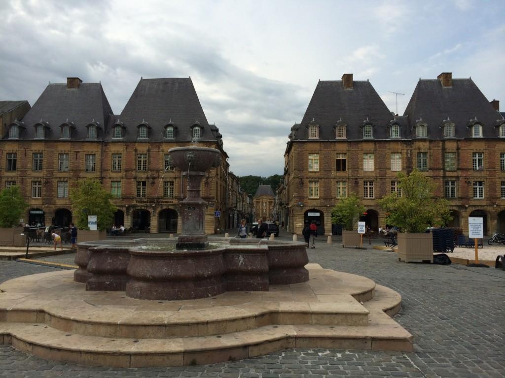 Place Ducal in Charleville, Sitz der Obersten Heeresleitung im Ersten Weltkrieg. Die Paläste behagten den Preußischen Offizieren, fast wie Potsdam