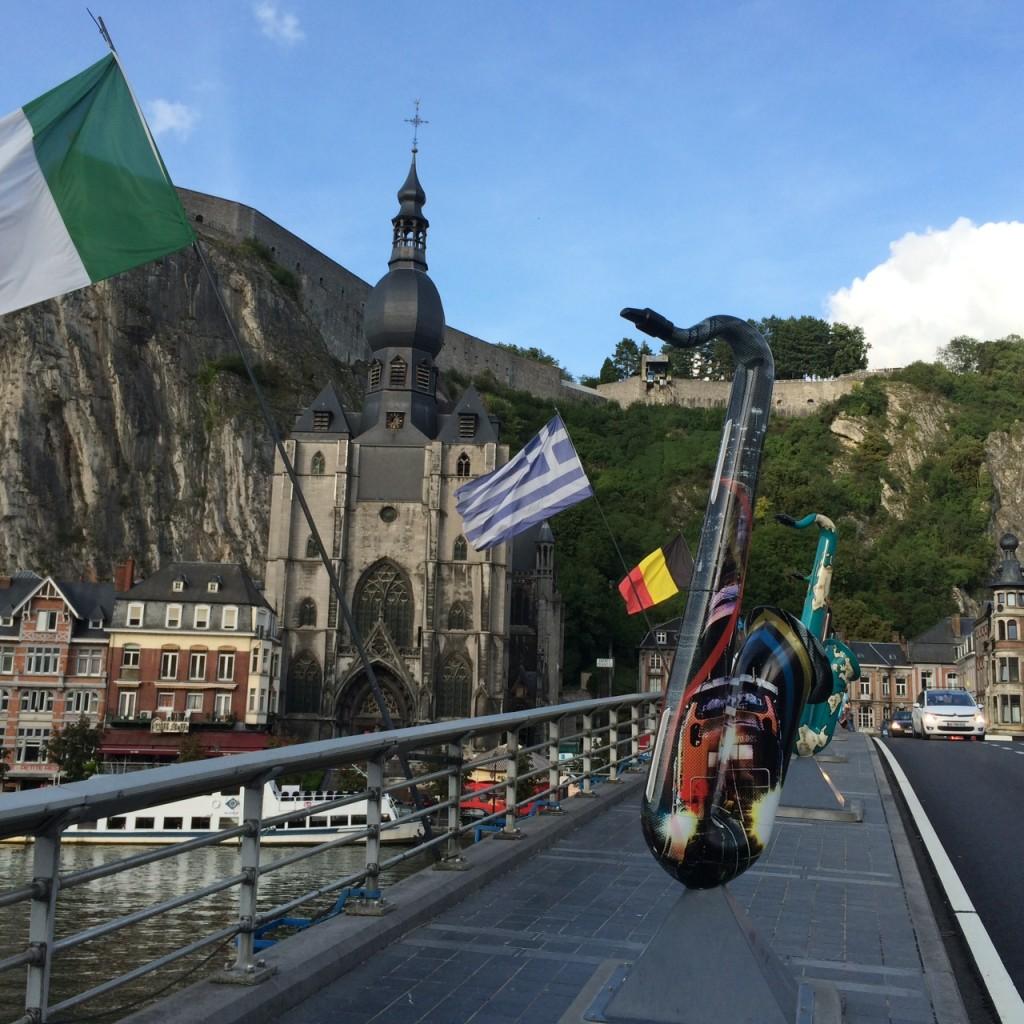 Saxophone statt Kriegerdenkmal: ein guter Zug der Zeit auf der Brücke von Dinant