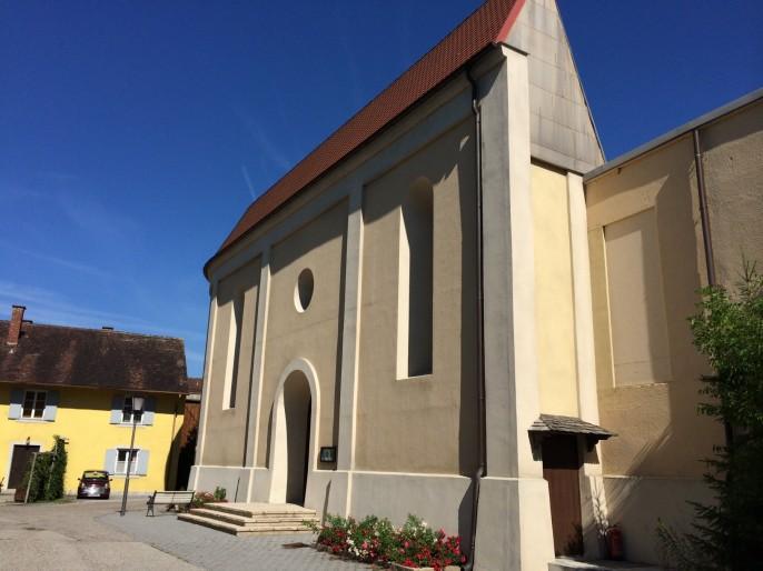 """Das ist die Dorfkirche von Lansing - ein fiktiver Ort für die Erfolgsserie """"dahoam is dahoam"""" des Bayerischen Fernsehens. Bei richtigem Betrachtungswinkel sieht alles recht gemütlich aus. Heimatlich eben, auch wenn es nur Kulisse ist. Auch die Debatte um Migration hat etwas kulissenhaftes: Da wird eine Harmonie vorgegaukelt, die allerdings nicht gemütlich, sondern betrügerisch ist."""