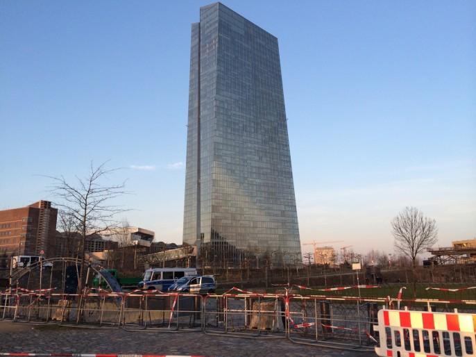 Vor dem Proteststurm... Die ferne Gottheit des Geldes und ihr herrischer Gestus der Macht: Der Kristall-Palast der EZB