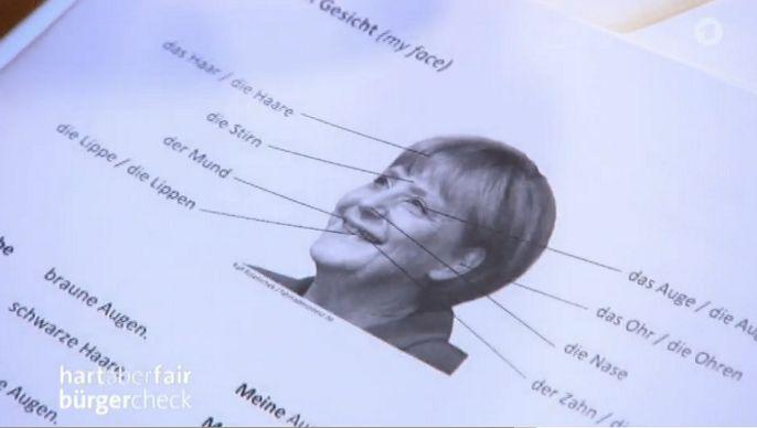 """Flüchtlinge lernen Deutsch mit Angela Merkel. Was fehlt? Die Raute. Screenshot """"hart aber fair"""", Höhe 0:50/1:14:42"""
