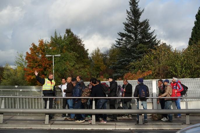 Überforderter Bundespolizist: Eine Gruppe irakischer Migranten versucht, die Wartezeit zu verkürzen und holt nach Zurückweisung Verstärkung.