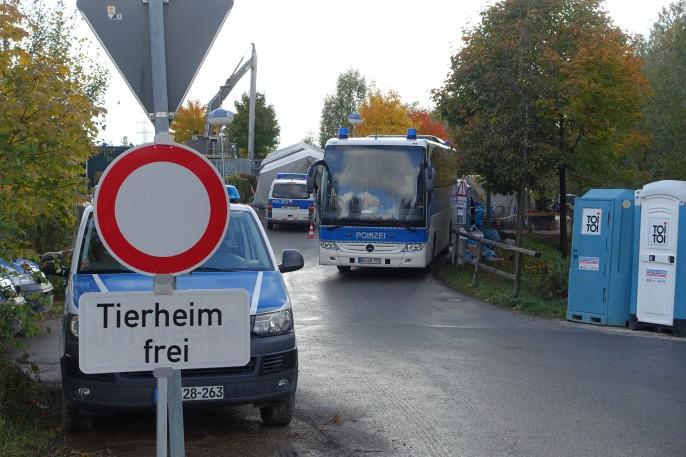 Die Transportlogistik auf der deutschen Seite: Bundespolizei transportiert schnellstmöglich weiter.