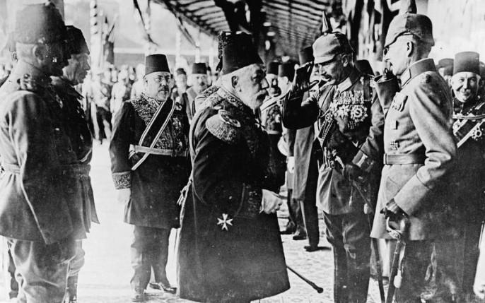 Sultan Mehmed V. begrüßt Kaiser Wilhelm II. bei seiner Ankunft in Istanbul. Auf der linken Seite des Sultans ist Hakki Pascha, der türkische (osmanische) Botschafter in Berlin