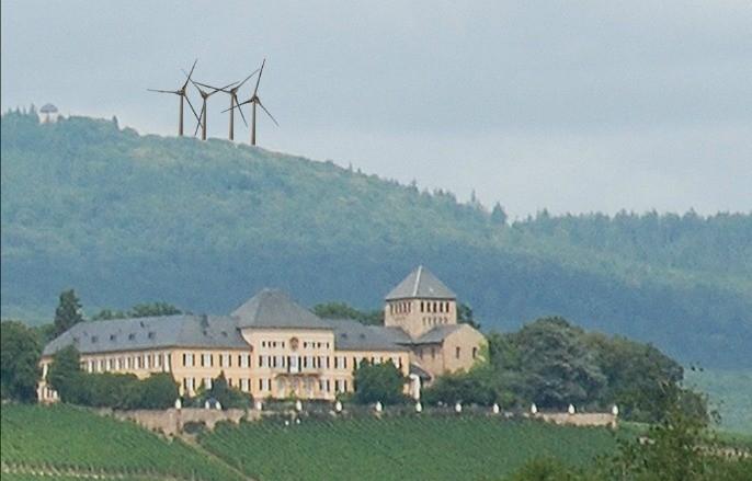 Gerade noch verhindert: Grüne Windkraftpläne über dem Schloss Johannisberg im Rheingau