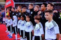 Kind mit Kopftuch: Vorbereitung auf die WM 2022 in Katar?