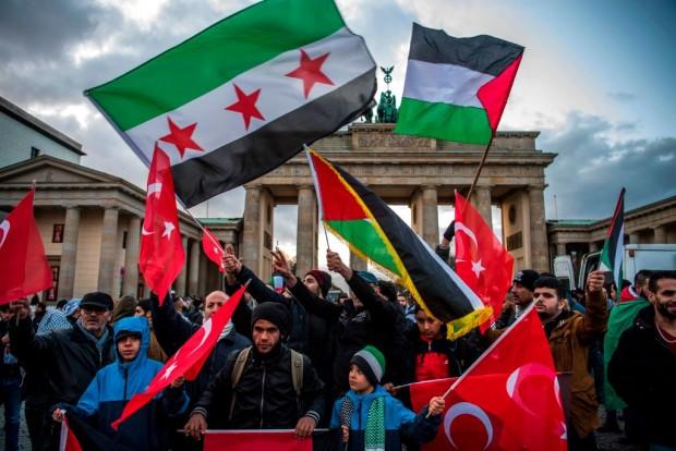 Am Brandenburger Tor: Israelische Fahnen verbrannt und Breitscheidplatzmörder gefeiert
