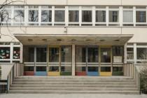 """Verrottete Schulgebäude und acht neue """"Modulare Unterkünfte für Flüchtlinge"""""""