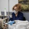 Schutzmasken statt Autositze: Firmen passen sich an die Pandemie an
