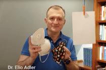 Ein Arzt demonstriert, was der selbstgenähte Mundschutz bringt