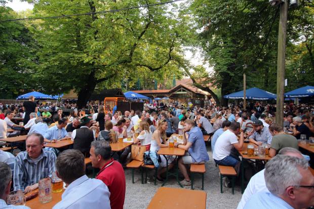 Woran erkennt man AfD-ler im Biergarten?