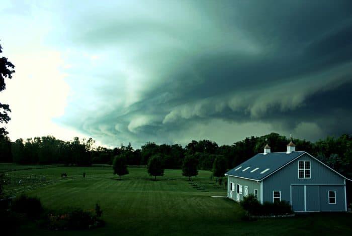 Den Rasen mähen mit dem Tornado am Horizont