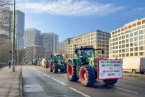 Landwirtschaftsministerin Julia Klöckner seift die Bauern ein