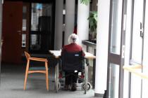 Isolation, Kontrolle, Lähmung: Einschränkungen für viele Pflegeheime gelten weiter