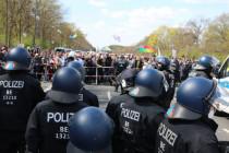 """""""Absolut unverhältnismäßig"""": Berliner Polizei räumt Demo gegen Infektionsschutzgesetz"""