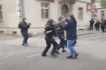 Journalist als Hilfspolizist bringt einen Demonstranten zu Fall