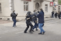 Journalisten-Verband-Geschäftsführer bringt einen Demonstranten aktiv zu Fall