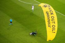 Greenpeace sorgt für eine Beinahe-Katastrophe im Münchner Fußballstadion
