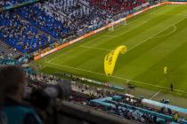 Greenpeace-Flieger rast in Stadion und riskiert Menschenleben – welche Konsequenzen hat dieser Wahnsinn?