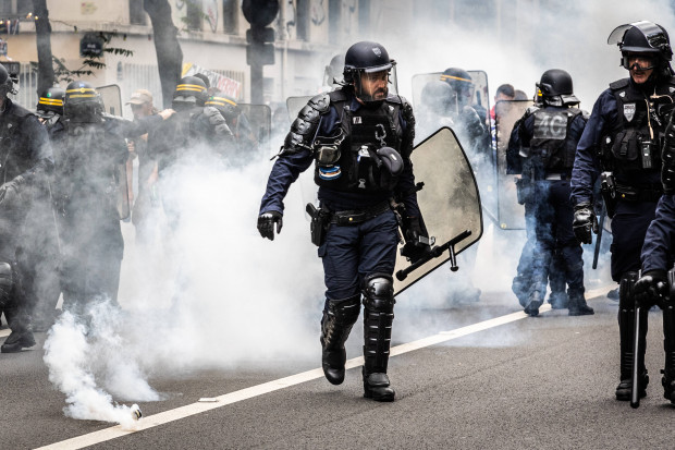 Straßenschlachten in Paris: 200.000 Menschen demonstrieren in Frankreich gegen den Impfzwang